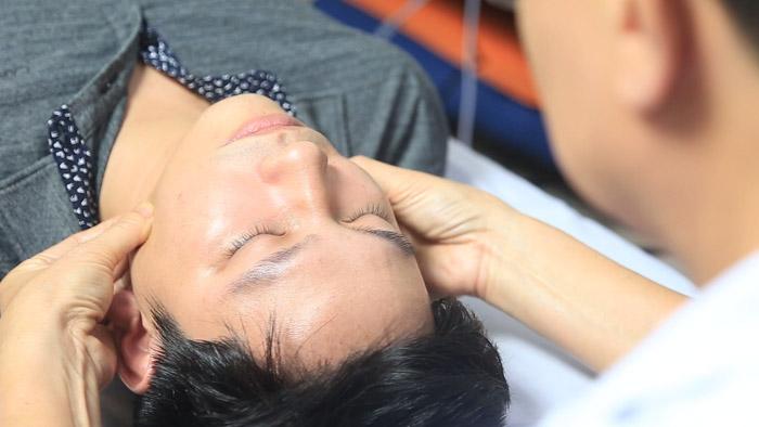 Bác sĩ điều trị cho bệnh nhân bằng máy DDS