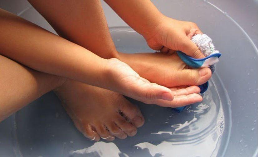 Rửa chân thường xuyên